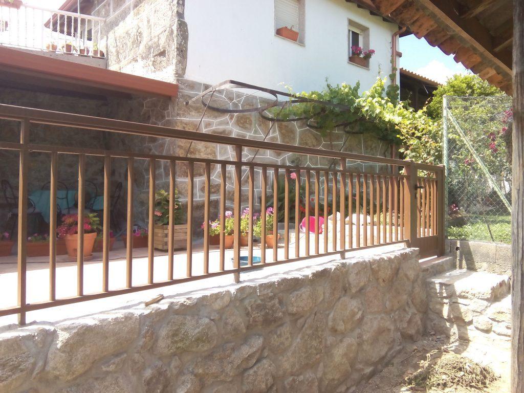 Balcón-con-pasamanos-y-barrote-cuadrado-1024×768