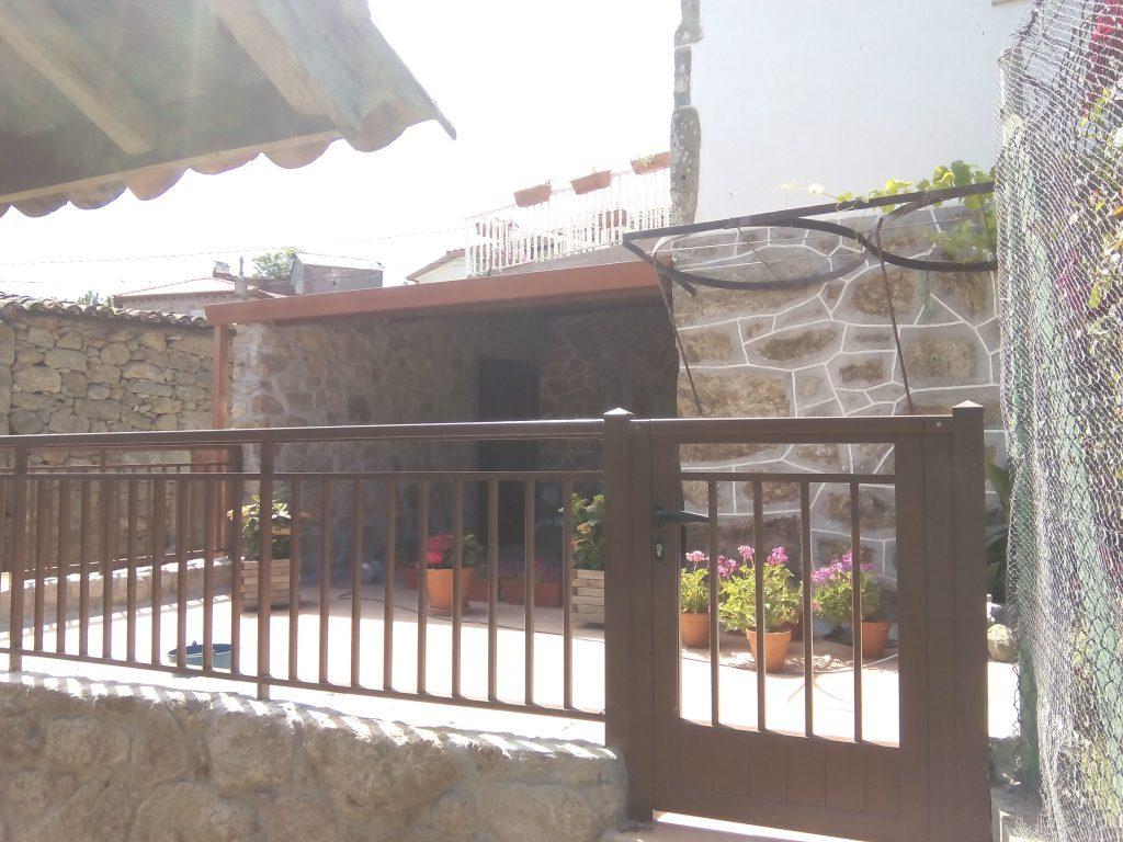 Balcón-de-aluminio-lacado-madera-con-cancilla-lateral-1024×768